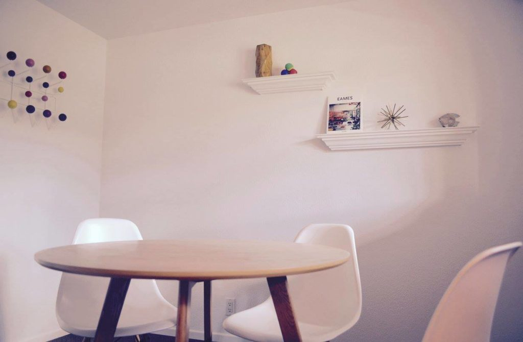 Table and chairs with decorative art at Coworking space RUA 37